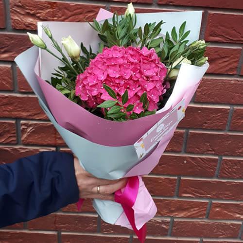 Букет из розовой гортензии и зелени