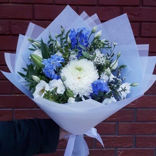 Голубой букет из хризантемы и дельфиниума
