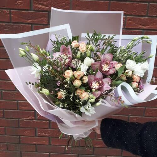 Букет из кустовых роз и орхидей