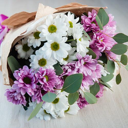 Букет из белых кустовых хризантем и эвкалипта