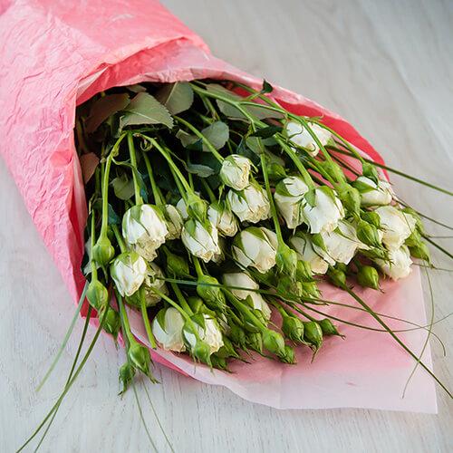 Букет из белых кустовых роз и берграса
