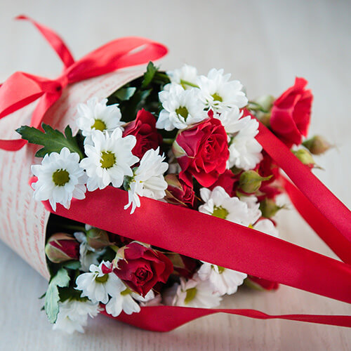 Букет из белых кустовых роз и хризантем