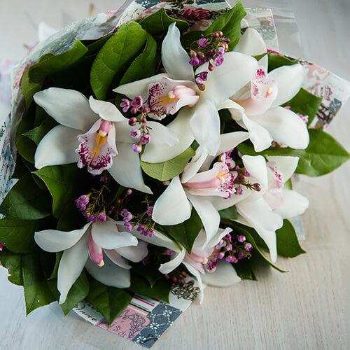 Букет из белых орхидей, хамелациумов и салала