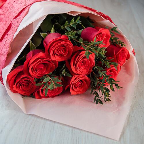 Букет из красных роз и эвкалипта