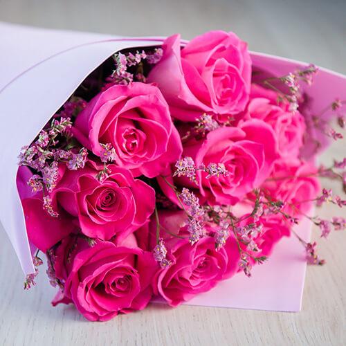 Букет из розовых роз и лимониума