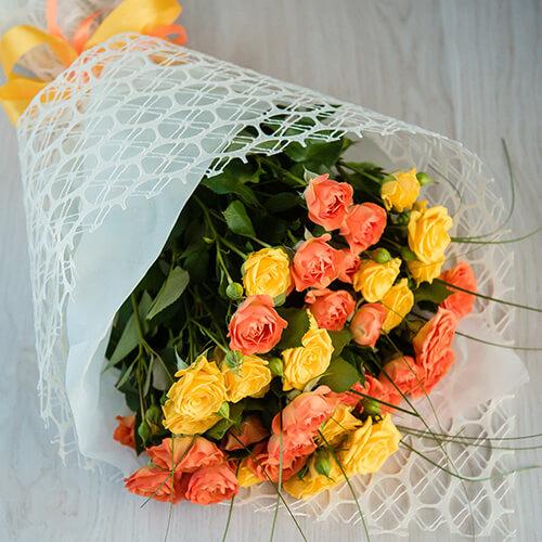 Букет из жёлтых кустовых роз и берграса