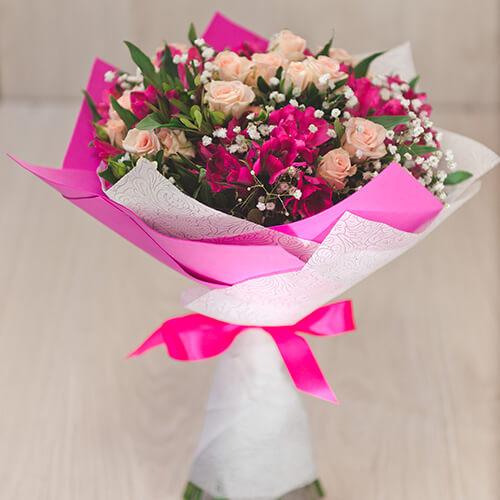 Букет из кустовой розы, альстрамерии и гипсофилы
