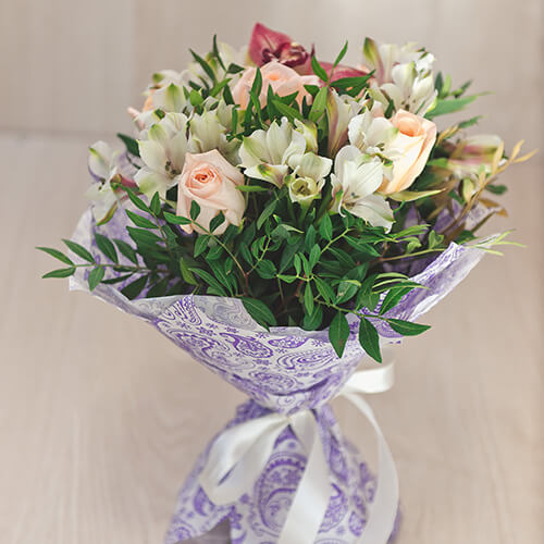 Букет из розы, альстрамерии и орхидеи