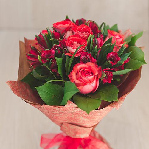 Букет из кустовой розы и альстрамерии
