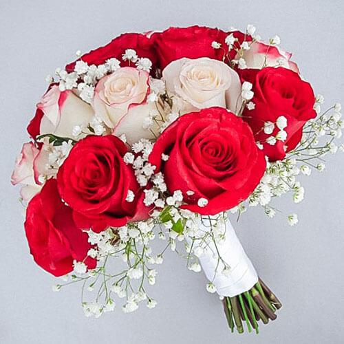 Свадебный букет из белых и красных роз