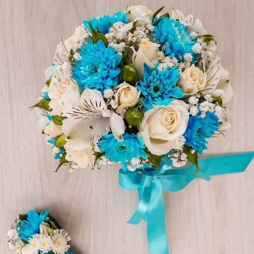 Свадебный букет из бирюзовых хризантем, альстрамерий, кустовых роз и зелени