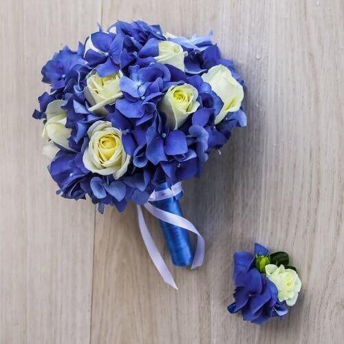 Свадебный букет из гортензий и белых роз
