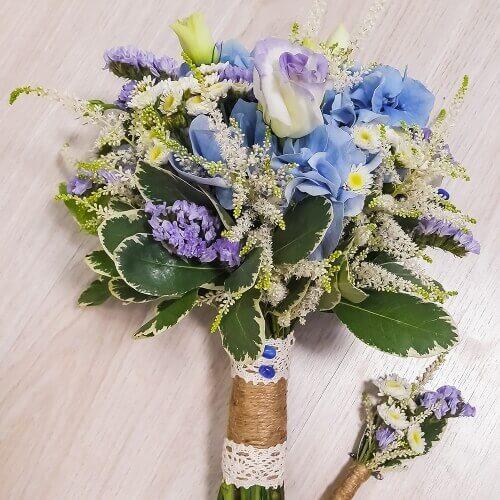 Свадебный букет из гортензий, лизиантуса, астильбы, статицы и сталлиона