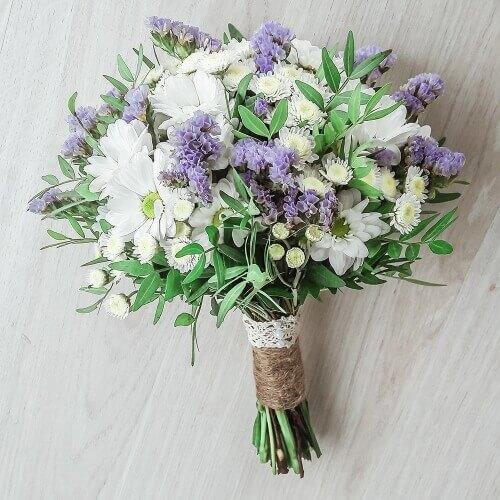 Свадебный букет из хризантем, статиц и зелени