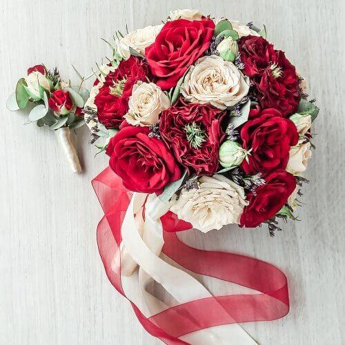 Свадебный букет из кустовых и пионовидных роз, эвкалипта и лимониума