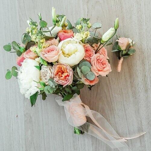 Свадебный букет из пионов, кустовых роз, матиолы и эвкалипта