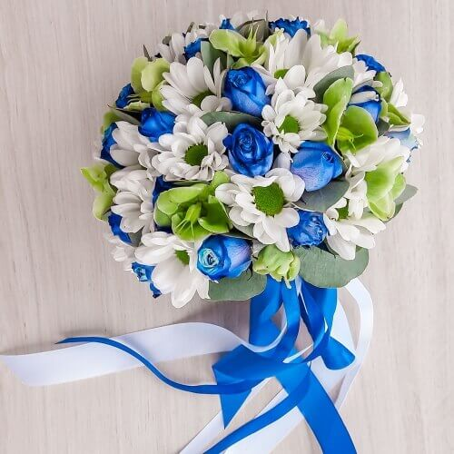 Свадебный букет из синих кустовых роз, баккарди и морозника