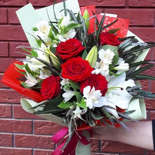 Букет из роз, лилий и зелени осенних оттенков