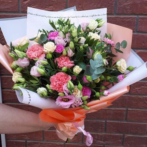 Букет из розовых и белых роз