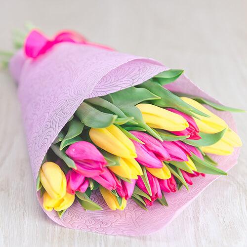 Букет из малиновых и жёлтых тюльпанов