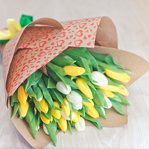 Букет из белых и жёлтых тюльпанов