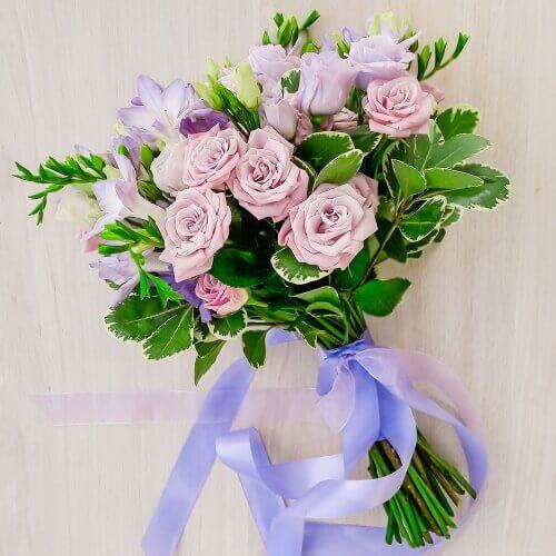 Свадебный букет из фрезий, кустовых роз, лизиантуса и зелени
