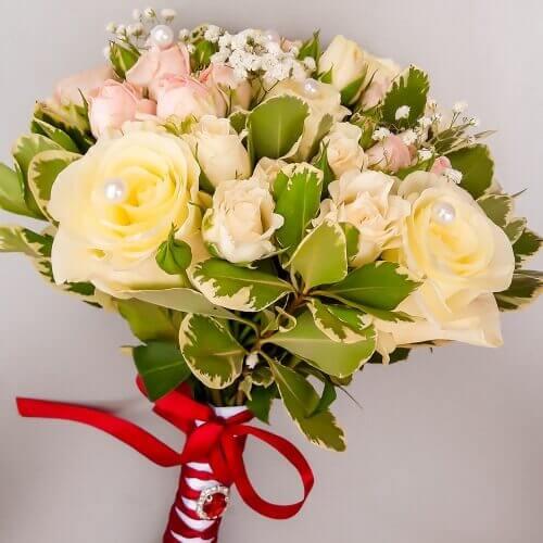 Свадебный букет из кремовых и кустовых роз, зелени
