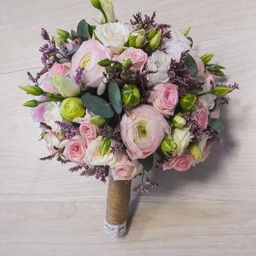 Свадебный букет из кустовых роз, ранункулюсов и лизеантусов